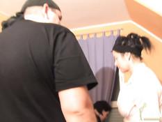 Мужчина занимается сексом с двумя дамами в немецком свинг клубе