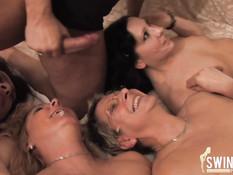 Одному мужику пришлось ублажать четырёх дамочек в свинг клубе