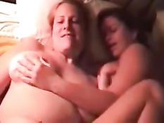 Две пары развратных американских свингеров трахаются на кровати