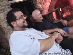 Пышная жена с тату на пояснице ебётся рядом с мужем свингером