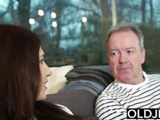 Рыжая грудастая девка Aida Swinger соблазняет пожилого мужчину