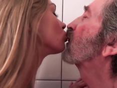 Грудастая молодая блондинка соблазняет на секс пожилого мужчину