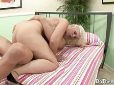 Мужчина отлизал киску грудастой блондинке и оттрахал на кровати