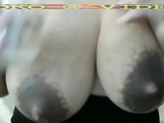 Женщина с огромной грудью выдаивает молоко из больших сосков
