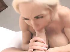 Блондинка с огромными сиськами Elizabeth Starr ебётся с мужчиной