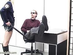 Злобный мужчина приковал наручниками худую тёлку полицейскую