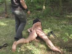 Мужчина поймал в лесу шалаву в бикини, связал и жёстко оттрахал