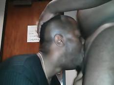Лысый чёрный гей отсасывает и дрочит пенис толстому бойфренду