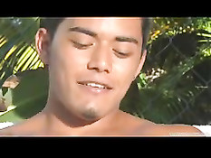 Горячий гавайский голубой парень раздевается и мастурбирует член