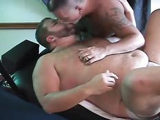 Толстые геи отсасывали член и втроём занимались анальным сексом