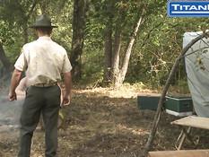 Трое спортивных голубых парней занялись сексом в походе в лесу