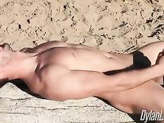 Гомосексуальный мужчина надрачивает свой член на диком пляже