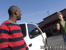 Темнокожий молодой гей дал отсосать член белому и отодрал в зад