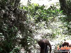 Смуглые голубые ребята забрели в джунгли и решили снять одежду