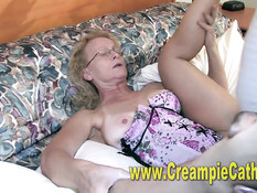 Чёрный бойфренд отодрал на кровати кудрявую зрелую блондинку