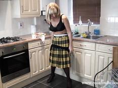 Английская дамочка раздевается и позирует в чёрном нижнем белье