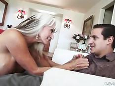 Сисястая мамочка со светлыми волосами соблазняет молодого гостя