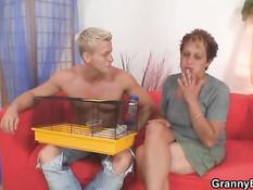 Молодой спортивный парень ебёт в бритую пизду зрелую женщину