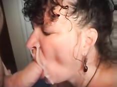 Он подрочил член рукой и залил спермой лицо пожилой брюнетке