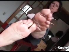 Пожилая женщина сняла туфли и показала ступни крупным планом
