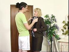 Русская мамочка со светлыми волосами трахается с молодым ёбырем