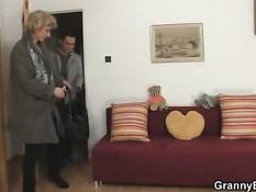 Сексуальная зрелая блондинка сосёт парню хуй и ебётся на диване