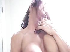 Зрелая бодибилдерша Autumn Raby ласкает большую грудь и киску