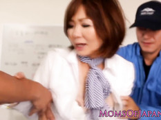 Парни отъебали японскую женщину вибраторами и сделали фистинг
