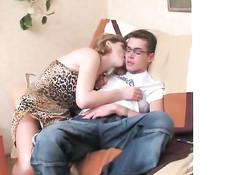Неудовлетворённая русская мамочка пристаёт к молодому очкарику