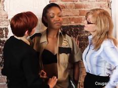 Рыжая лесбиянка ласкает киски мулатке и зрелой даме Nina Hartley