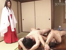 Горячая японская женщина Ayano Murasaki ебётся с двумя парнями