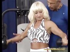 Старая немецкая блондинка ебётся с тренером в тренажёрном зале