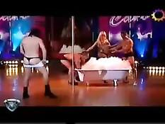 Светловолосая стриптизёрша танцует у шеста и играет с мужчинами