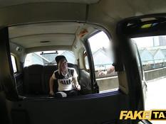 Молодую очкастую блондинку водитель оттрахал на заднем сиденье