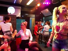 Молодые посетительницы ночного клуба танцевали и лизали киски