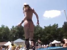Девки выходят на сцену в голом виде и показывают свои прелести