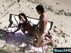 Красивая молодая пара загорает и занимается сексом на берегу моря