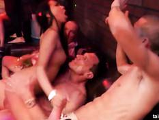 Возбуждённые порно звёзды под музыку занимаются сексом в клубе