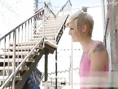 Весёлая блондиночка на улице показывает киску и ебётся с парнем