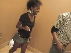 Негр сделал куни чёрной женщине и отодрал во влагалище на полу