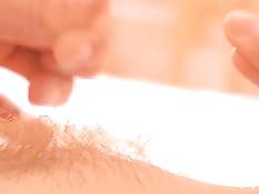 Девушка с интимной стрижкой растягивает свои малые половые губы