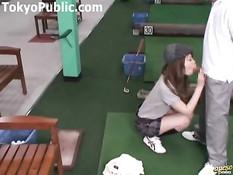 Развратная японка подрочила и отсосала парню член в гольф клубе