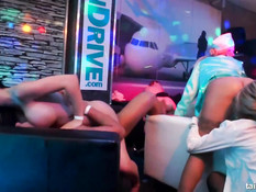 Бисексуальные девки в секс клубе трахаются со всеми посетителями