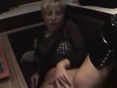 Немецкая женщина делает вагинальный фистинг прямо в ресторане
