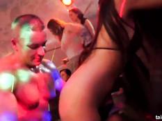 Посетители популярного секс клуба трахаются под громкую музыку