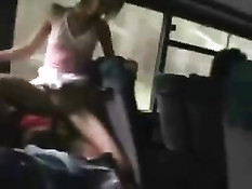 Бесстыжая блондинка ебётся с парнем на заднем сиденье в автобусе
