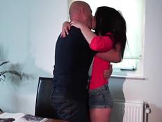 Девка с интимной стрижкой Taylor Sands ебётся с пожилым мужчиной