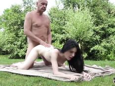 Бесстыжая юная брюнетка разделась и соблазнила мужика на секс