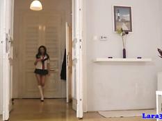 Зрелая британская лесбиянка Лара лижет клитор молодой шатенке
