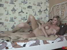 Парень ласкает и трахает на кровати блондинку с красивой грудью